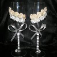 Как сделать на свадьбу бокалы, украшенные лентами и бусинами?