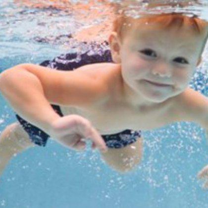 Как научиться плавать в море?