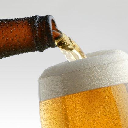 Как правильно наливать пиво из бутылки?