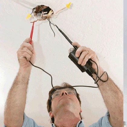 Как закрепить люстру на потолке?