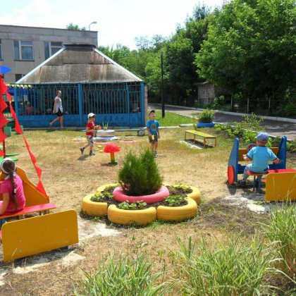 Как украсить участок детского сада?