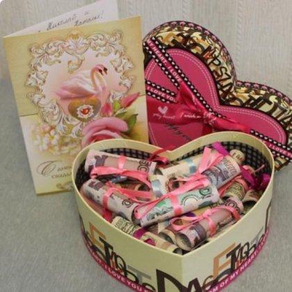 Как оригинально подарить подарок молодоженам?