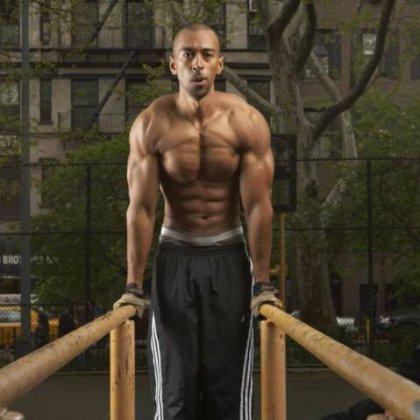 Как накачать мышцы на брусьях?