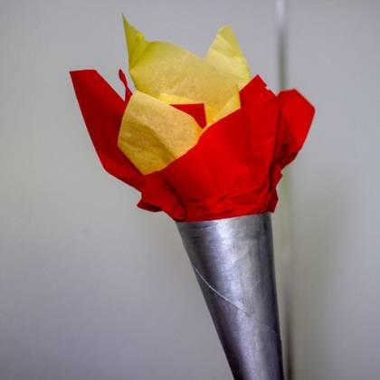 Как сделать факел из бумаги: простая сборка