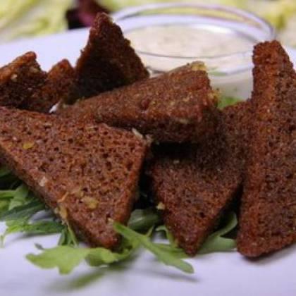 Традиционный гренки с чесноком из черного хлеба