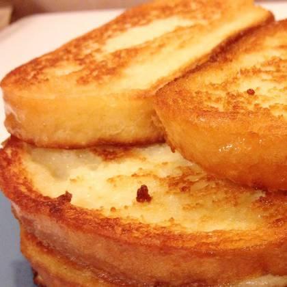 Идеально для завтрака, приготовить гренки с яйцом и молоком