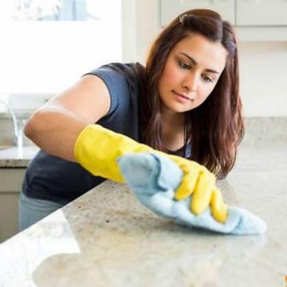 Как убрать следы от наклейки, что поможет убрать липкий след?