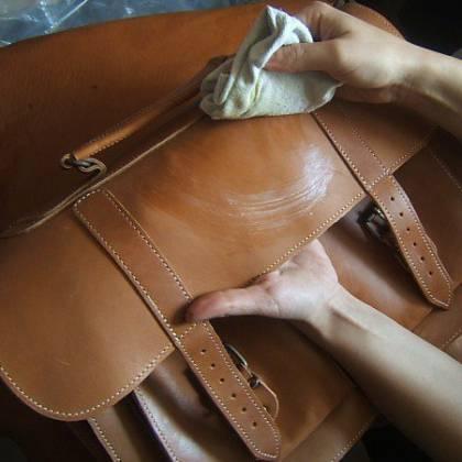 Как очистить кожаную сумку от загрязнений и пятен?