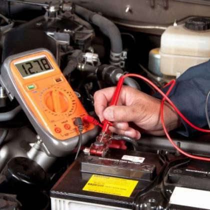 Как проверить уровень заряда аккумулятора мультиметром?