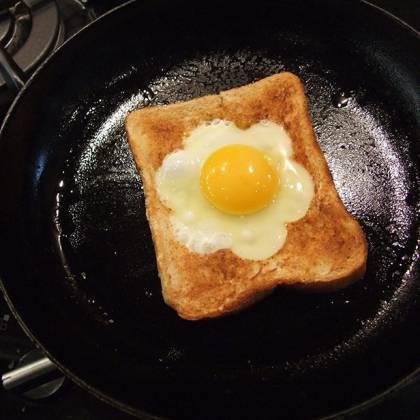 Как поджарить хлеб на сковороде с яйцом: завтрак на скорую руку