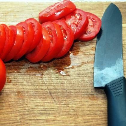 Как правильно резать помидоры в салат, как нарезать красиво?