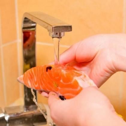 Как правильно вымочить соленую рыбу в воде?