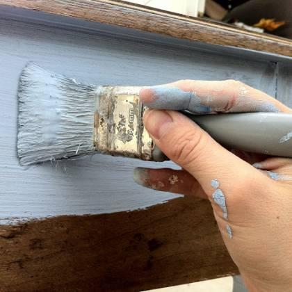 Как перекрасить мебель из темного в светлый в домашних условиях: какой краской лучше?