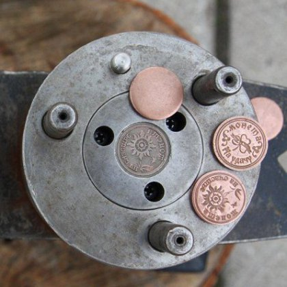 Как чеканят сувенирные монеты?