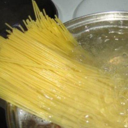 Как варить длинные макароны в кастрюле