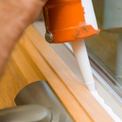 Как удалить герметик со стекла?