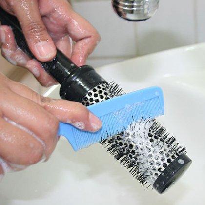 Как мыть расческу: мытье или сухая чистка?
