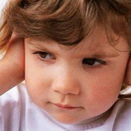 Как снять боль в ухе у ребенка?