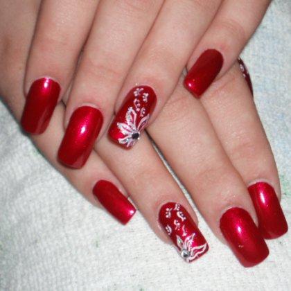 Красивый красный дизайн ногтей