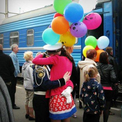 Как встретить парня из армии на вокзале? Как красиво встретить парня на вокзале?