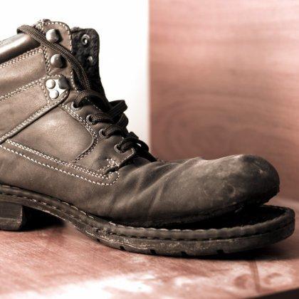 Как сдать обувь с внешним дефектом в магазин?