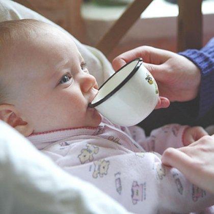 Как научить пить из чашки ребенка?