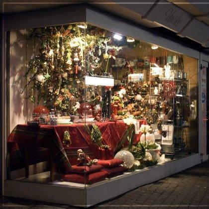 Как украсить витрину магазина к Новому Году?