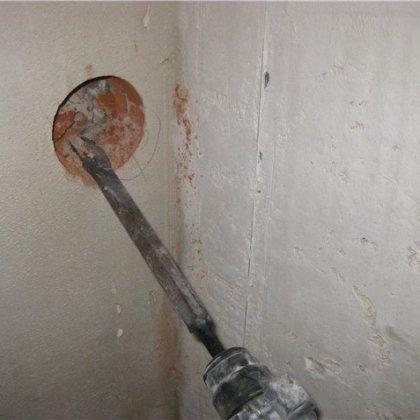 Как сделать отверстие под розетку в бетонную стену без перфоратора
