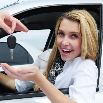 Как научиться водить машину женщине; как уверенно чувствовать себя за рулем?