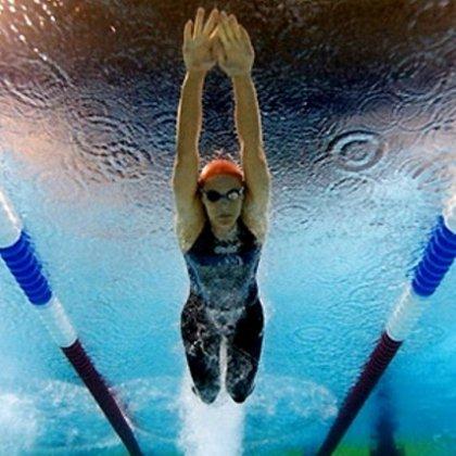 Как научиться плавать в бассейне?