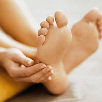 мажет кремом ножки своей жены фото
