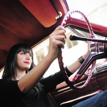 Как научиться водить машину женщине?