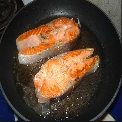 сколько по времени жарить красную рыбу на сковороде