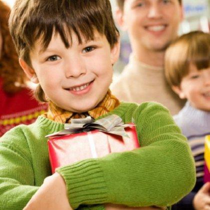 Как выбрать подарок ребенку по возрасту?